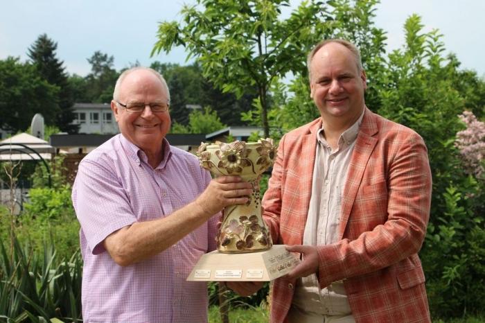 OB Hilbert übergibt den Siegerpokal den KGV Am Geberbach